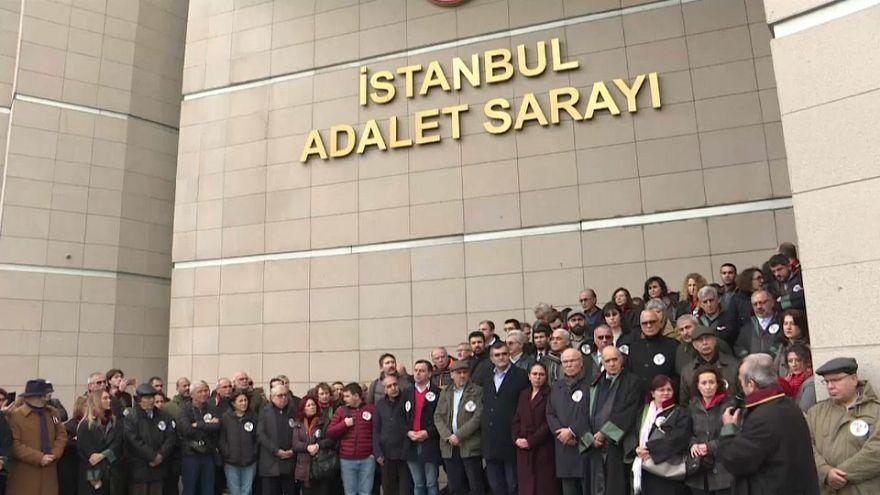 """Cumhuriyet gazetesi davası: Avukatlar, Çağlayan Adliyesi'nde """"adalet nöbeti"""" tuttu"""