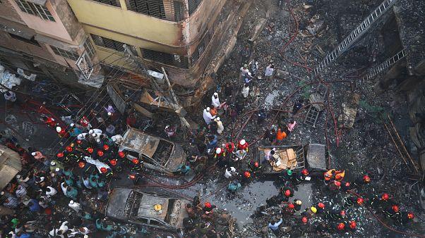 شاهد: حريق ضخم في العاصمة البنغالية يودي بحياة عشرات الأشخاص