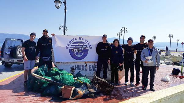 Καθαρισμός του βυθού στην Ελευσίνα-200 κιλά σκουπίδια αφαιρέθηκαν(vid)