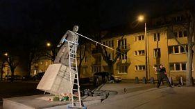Ativistas derrubam estátua de padre na Polónia