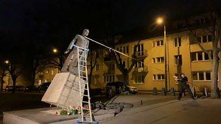 Pologne : des militants renversent la statue de l'ex-aumônier de Solidarność, accusé de pédophilie