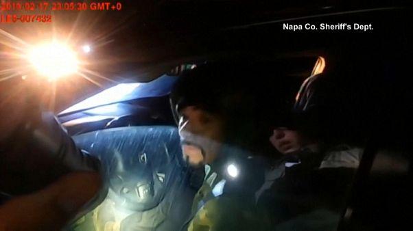 شاهد: مسلح يطلق النار على شرطية بعد توقيفها لسيارته لسيره في اتجاه معاكس