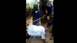 ویدئوی شکنجه یک پیرمرد به اتهام جادوگری؛ ماموران پلیس بازداشت شدند