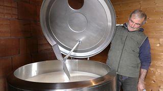 Aus Protest: 1 Million Liter Schafmilch auf der Straße