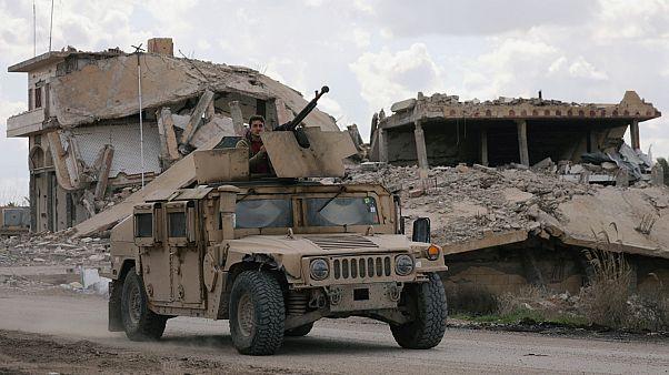 مقاتل من قوات سوريا الديمقراطية في بلدة الباغوز في محافظة دير الزور