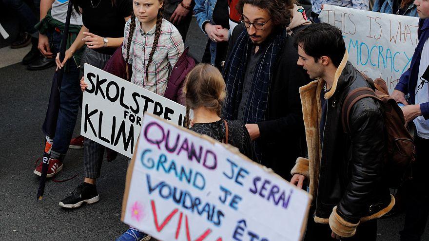 Jovens protestam contra aquecimento global em Paris