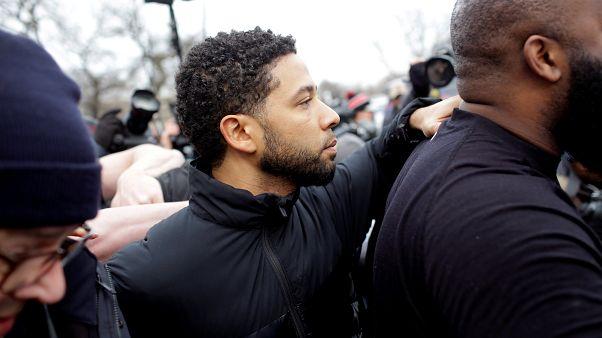 الممثل جيسي سموليت بعد خروجه بكفالة من مركز شرطة مقاطعة كوك بشيكاغو