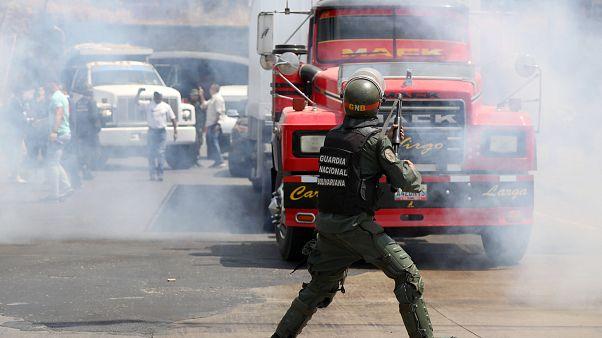 Venezuelan opposition and Bolivarian soldiers clash in coastal state