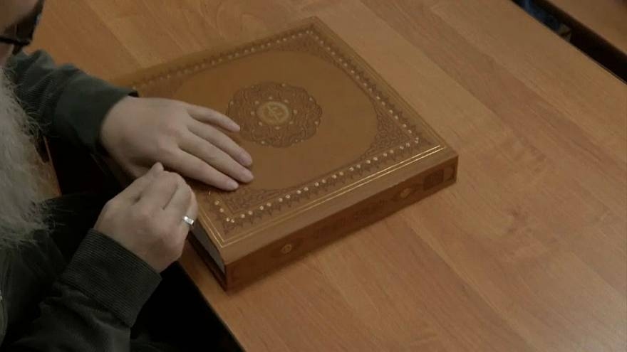 شاهد: مسلمون مكفوفون يتعلمون القرآن بطريقة برايل في روسيا