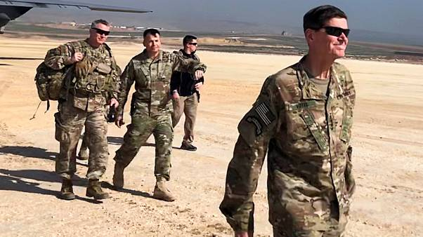 الجنرال جوزيف فوتيل (يمين) قائد القوات الأمريكية في سوريا