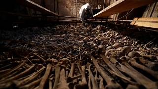 شاهد: ترميم آلاف من  الجماجم والهياكل والعظام البشرية في مستودع الموتى بجمهورية التشيك