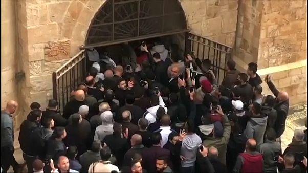 """شاهد: آلاف الفلسطينيين يدخلون """"باب الرحمة"""" في الأقصى بعد أكثر من 10 سنوات على إغلاقه"""