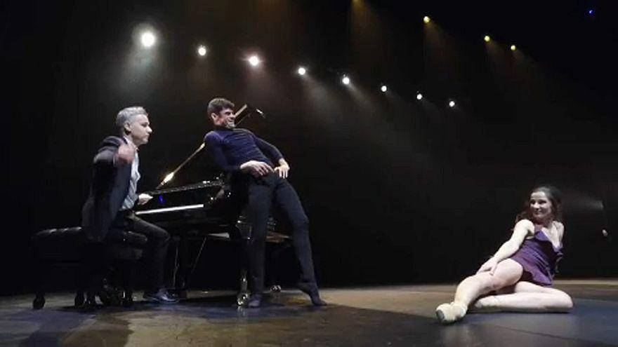«Μονομαχία» επί σκηνής: Πιάνο εναντίον... χορού