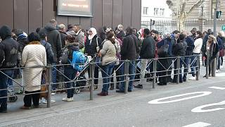 Fransa'da oturum almak isteyen göçmenlerin bitmeyen kuyruğu: 'Gece yarısından beri bekliyoruz'