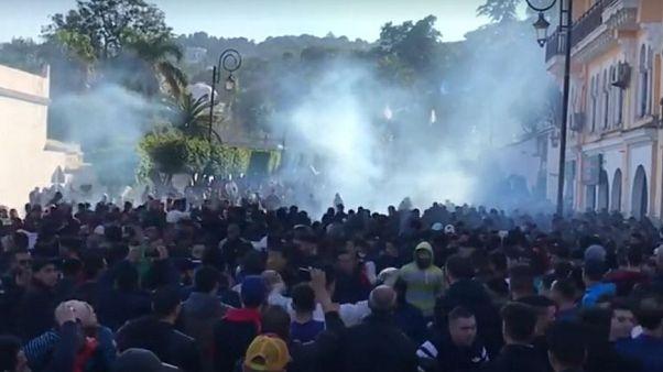 Cezayir'de Buteflika'nın başkanlık adaylığını protesto eden binlerce kişi sokağa indi