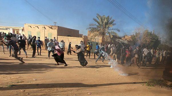 Sudan Devlet Başkanı El Beşir hükümeti fesh edip olağanüstü hal ilan etti