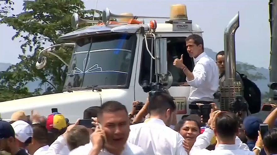 La Policía venezolana frena la ayuda en el Puente Simón Bolívar