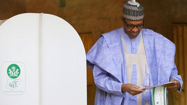 الرئيس النيجيري محمد بخاري يدلي بصوته