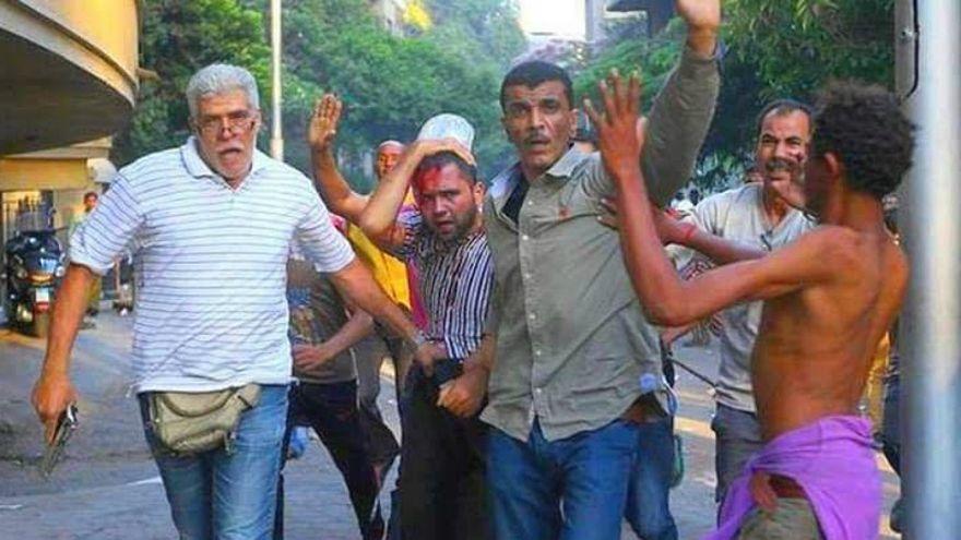 الممثل المصري طارق النهري خلال اشتباكات مع متظاهرين (يسار)