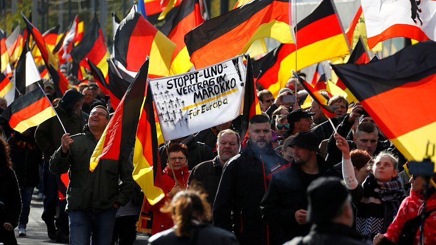 Rechtsextreme Anhänger marschieren am Tag der Deutschen Einheit in Berlin