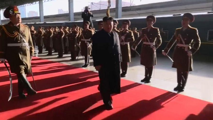 Kim Jong Un, parte in pompa magna verso Trump