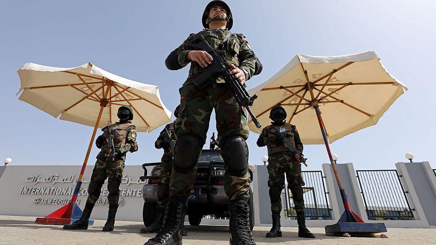 أفراد من قوات الأمن المصرية أمام قصر المؤتمرات حيث تنعقد قمة العرب وأوروبا