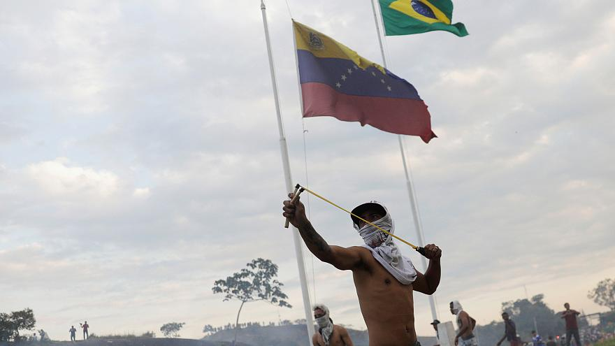 شاهد: شاحنة مساعدات أميركية تشتعل على الحدود الكولومبية-الفنزويلية