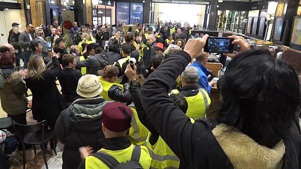 Sarı Yelekliler Paris'te Starbucks'ı bastı, az vergi ödeyen çok uluslu şirketleri protesto etti