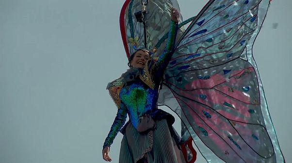 """شاهد: """"ملاكان طائران"""" يعلنان بداية كرنفال البندقية السنوي"""