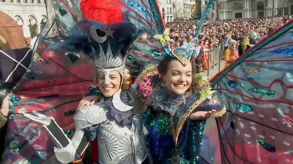 Vola l'angelo del carnevale di Venezia