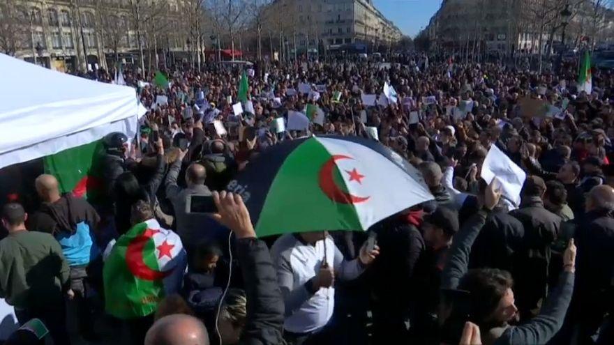 مئات الجزائريين يتظاهرون في باريس ضد ترشح بوتفليقة لولاية خامسة