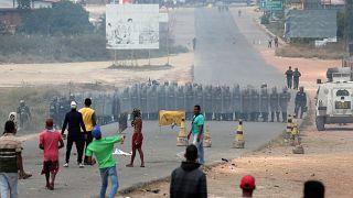 متظاهرون فنزويليون يرشقون الحرس الوطني بالحجارة عند الحدود مع البرازيل