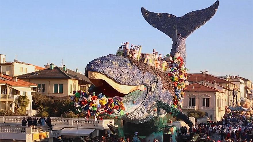 Wal aus Plastikmüll fährt mit beim Karnevalsumzug in Viareggio