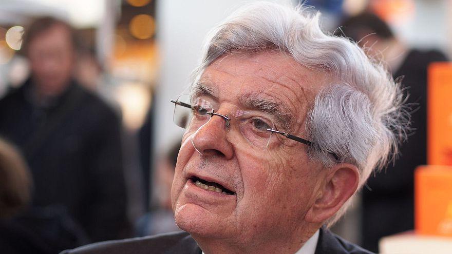 جان بيار شوفانمان وزير دفاع فرنسا السابق في معرض الكتاب في باريس (أرشيف)