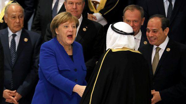 Bundeskanzlerin Angela Merkel begrüßt den Emir von Kuwait Sabah al-Ahmad.