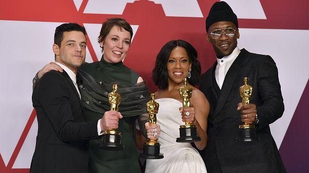 Los mejores actores principales y de reparto posan tras bastidores.