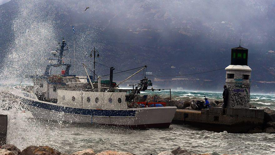 Ψαροκάικο ανάμεσα στα κύματα, λόγω της κακοκαιρίας, Κορινθία