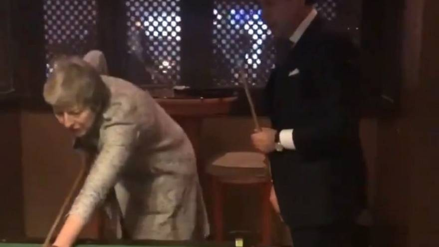 VIDEO Conte-May, sfida a biliardo prima del faccia a faccia