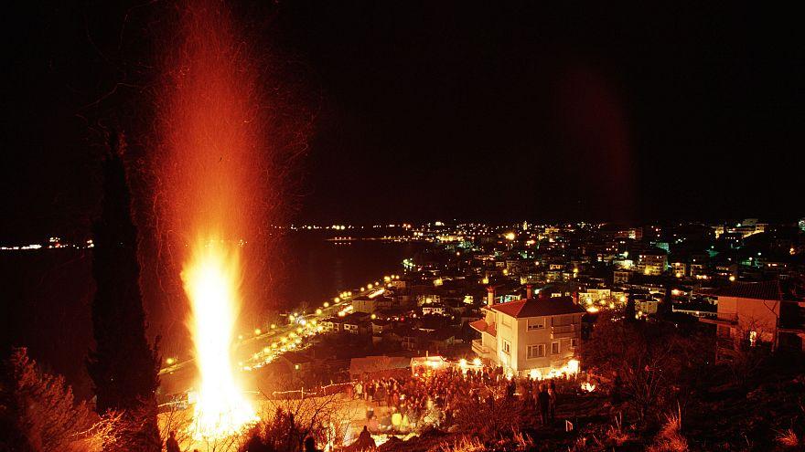 """Τo έθιμο """"Μπουμπούνες"""" αναβιώνει κάθε χρόνο στην Καστοριά"""