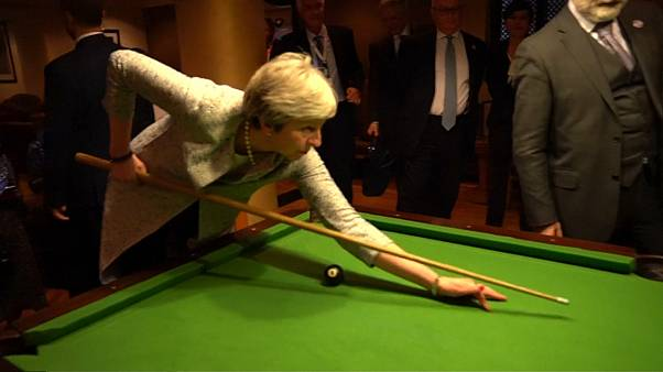 Conte ensina May a jogar snooker