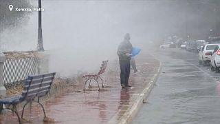 [Vídeo] Pescando en las calles de Malta por la fuerte tormenta