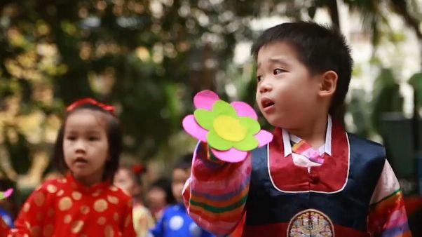 Goldige Kinder üben für Besuch des Machthabers