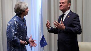 """Aplazar el Brexit sería una """"solución racional"""" para Tusk, May se resiste"""