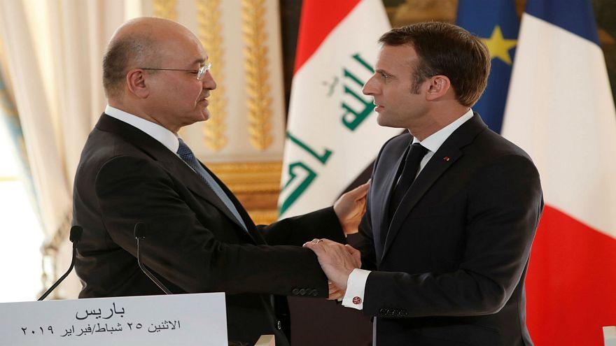 الرئيس الفرنسي إيمانويل ماكرون يصافح نظيره العراقي برهم صالح