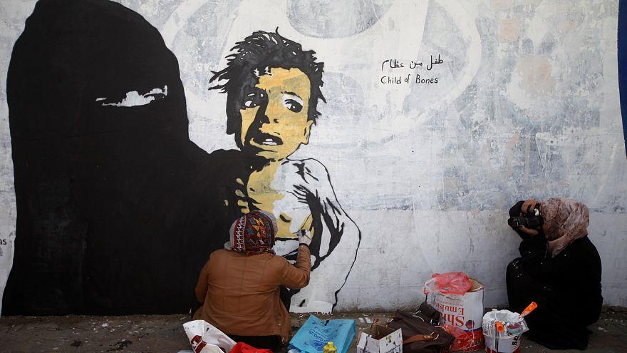 اليمنية هيفاء وهي ترسم معاناة أطفال بلدها