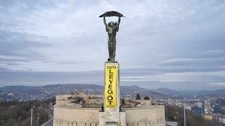 Óriási molinót feszítettek a budapesti Szabadság-szoborra