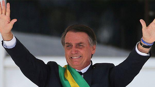 Governo de Bolsonaro quer ver alunos a cantar hino junto à bandeira