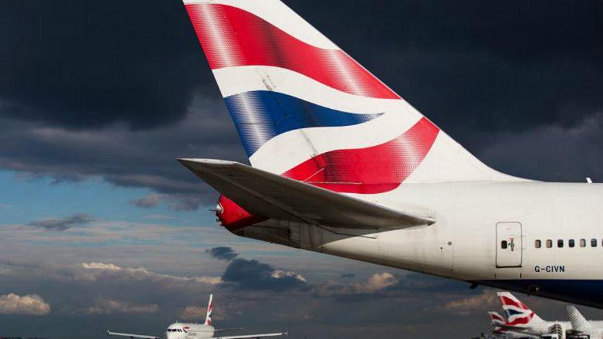 شاهد: مقاطع مرعبة لطائرة بريطانية تحاول الهبوط في جبل طارق وسط الرياح العاتية