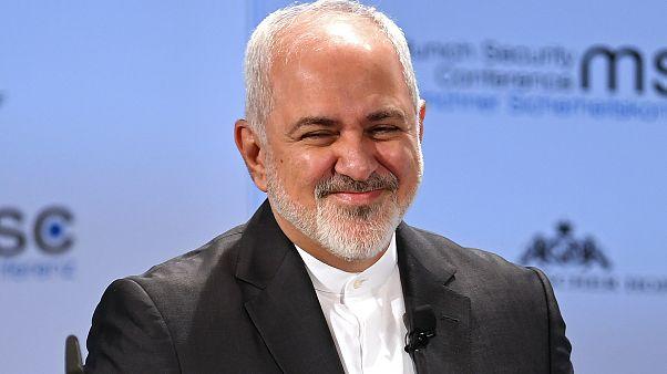 ظريف يلمح لضغوط تقف وراء استقالته وبرلمانيون يطالبون روحاني برفضها