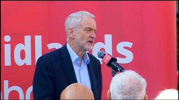 Oposição pressiona PM britânica